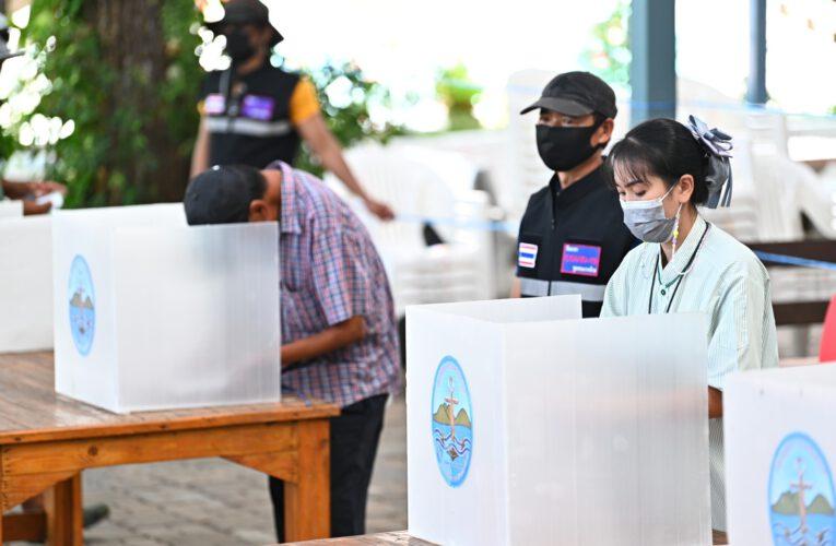 """""""ฟังเสียงปชช."""" ประธานชุมชนเกาะล้าน ได้จัดให้มีการลงมติลงคะแนนเสียงมาตรการล็อกดาวน์ป้องกันโควิด-19 โดยประชาชนชุมชนมีส่วนร่วมลงมติโหวต..เพื่อเสนอปิดเกาะล้าน"""